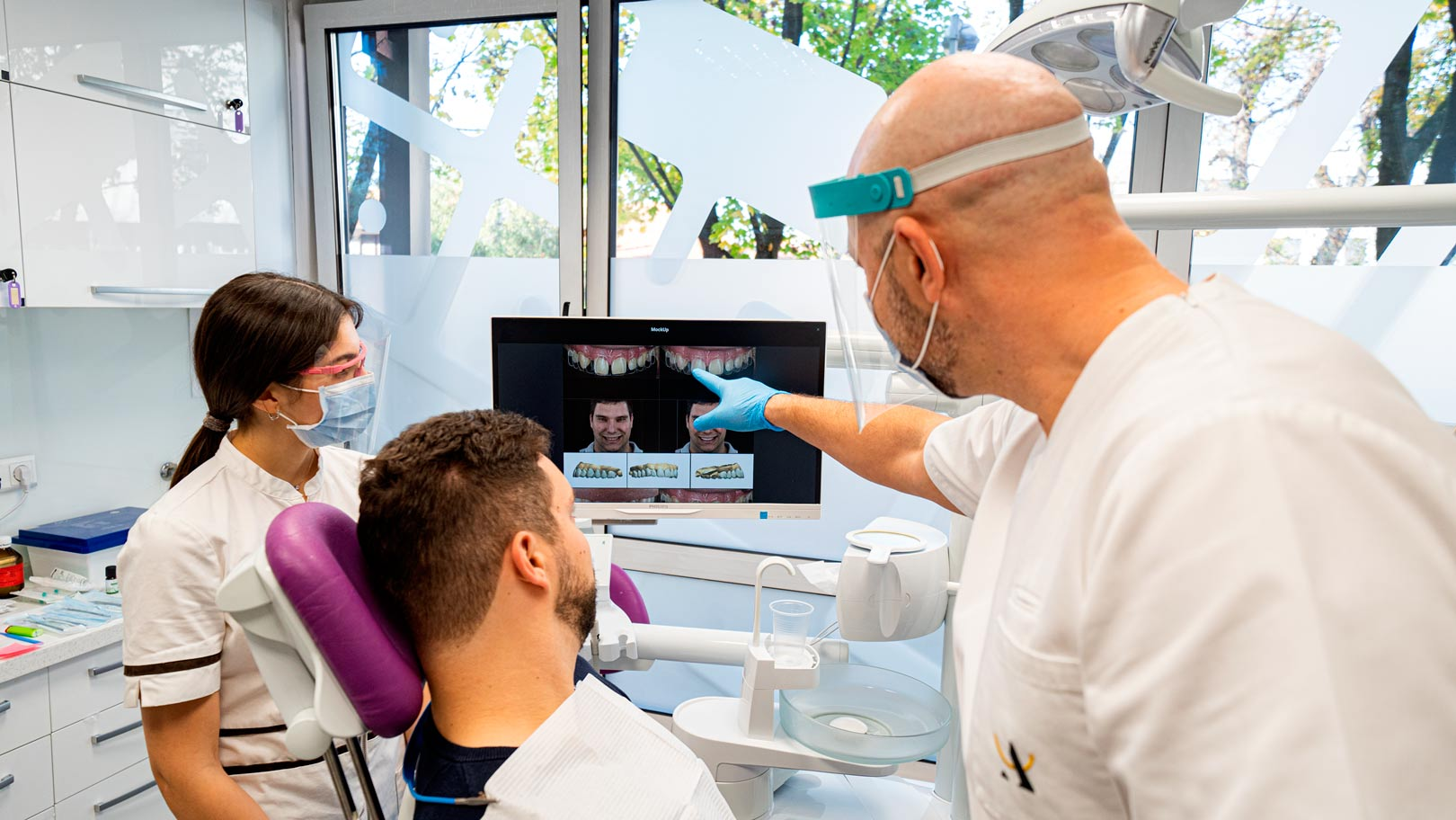 pacijent i doktor pregled za zubne implantate - rentgen - ortopan